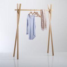 Kleerhanger in eik, Uyen : Eenvoudig en naturel... Omschrijving  :2 gekruiste poten1 staaf in houtEigenschappen :massief eikAfmetingen :H 167 x B (onder) 145 x B (hangstaaf) 134 cm