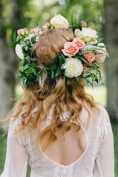 Flores para cabelo de Noiva - Fresh Flower Wedding Hair | Bridal Musings Wedding Photo by Ashleigh Jayne Photography via Southern Weddings