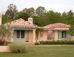 24 veces he visto estas buenas cocinas campestres. House Color Schemes, House Colors, Fachada Colonial, Hacienda Homes, Mexican Hacienda, Villa Plan, Southwestern Home, Adobe House, Indian Homes