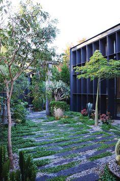 Natural Garden Paths for your Backyard - Architecturehd Back Gardens, Small Gardens, Outdoor Gardens, Design Jardin, Garden Architecture, Cathedral Architecture, Modern Architecture, Contemporary Garden, Garden Planning