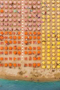 Ich würde mir jetzt gerne solche geordnete Entspannung gönnen ;)  Amazing Aerial Views Transform Beaches Into Abstract Photos - My Modern Met