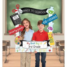Capture the best back-to-school pictures with this Back to School Customizable Graduation Photo Frame Kit! The large cardboard frame features a grid paper background with printed doodles on it. First Day Of School Pictures, 1st Day Of School, School Photos, School Picture Frames, School Frame, Photo Frame Prop, Photos Booth, Back To School Party, Class Design