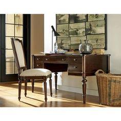 Dieser Schreibtisch ist die perfekte Wahl für Vintage-Fans! Der Tisch spiegelt die Ästhetik um die Jahrhundertwende wider: Die geschwungenen Beine sowie die Elemente in Bronzefarben erinnern noch an den Prunk des 19. Jahrhunderts, die geraden Linien und filigranen Linien des Möbels entwickeln sich in die Zeit der Moderne. Das Möbel aus echtem Kirschbaumholz wurde lackiert und gebeizt, um das Nostalgie-Gefühl des Möbels zu betonen. Ein eleganter Tisch für ein edles Büro!