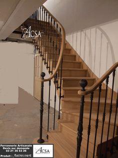 Escalier bois avec rampe à barreaux en fer forgé et main courante en bois