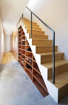 KMA しかくい空: 板元英雄建築設計事務所が手掛けた玄関・廊下・階段です。