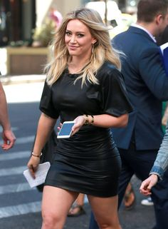 *Successfully avoids eye contact with last weekend's hookup*   Hilary Duff On Her Phone Is Every Twentysomething Ever
