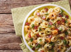 Pasta salad with a difference: Tortellini salad - Pastas - Nudel Salat İdeen Salmon Salad Recipes, Lunch Recipes, Pasta Recipes, Chicken Recipes, Pasta Salad With Tortellini, Tortellini Bake, Italy Food, Pasta Bake, Pasta Dishes