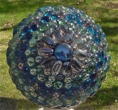Decorative Garden Balls Made with Glass Gems - Pretty! Two glass bowls glued rim to rim or bowling ball Bowling Ball Crafts, Bowling Ball Garden, Mosaic Bowling Ball, Bowling Ball Art, Garden Balls, Bowling Pins, Garden Crafts, Garden Projects, Art Projects
