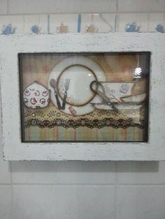 Quadro todo trabalhado em pátina provençal branca tema de chá e com vidro na frontal.