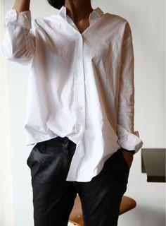 Cooler Look mit weißer Bluse und lässiger Sweathose.