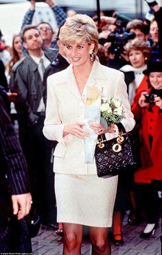 Lady Diana Spencer, Sac Lady Dior, Pantyhosed Legs, Cristian Dior, Princess Diana Fashion, Royal Beauty, Princes Diana, Chanel, Princess Of Wales