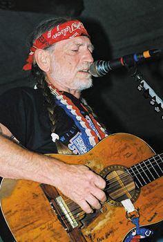 Willie and his well used Guitar, notice the autographs. Free Internet Radio, Texas Music, American Legend, Always On My Mind, Country Music Stars, Willie Nelson, Country Artists, My People, Pop Music