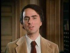 """""""What an astonishing thing a book is"""". Me encanta esta cita de Carl Sagan, muestra el asombro ante la grandiosidad de los libros. De repente me pasa que luego de horas de lectura, cuando cierro mi libro me parece algo extrañísimo el acto de mirarlo. Las tapas, los bordes, las hojas roñosas... Qué es ese objeto que tiene la capacidad de crear un universo distinto y transportarnos de 'aquí' a 'allá', involucrarnos emocionalmente, hacernos pensar algo que antes no teníamos a mano…"""