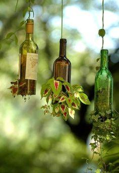 Recycling Wine Bottles into Hanging Planters plantas em garrafas Wine Bottle Planter, Wine Bottle Crafts, Bottle Garden, Bottle Art, Glass Planter, Diy Bottle, Wine Craft, Bottle Terrarium, Homemade Wine