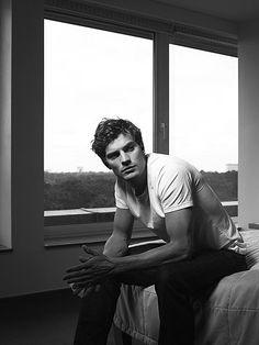 Jamie Dornan assis
