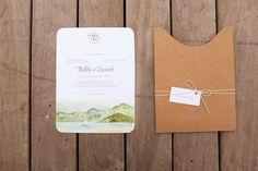 Convite de casamento na praia. Envelope em papel kraft texturizado e estampa em aquarela.    Vestida de Noiva | Blog de Casamento por Fernanda Floret | Blog de Casamento