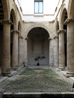 Patio del museo Almodí. Restauro e riabilitazone  dell'Almudin di Xátiva come museo municipale. Giorgio Grassi, Valencia 1983-85