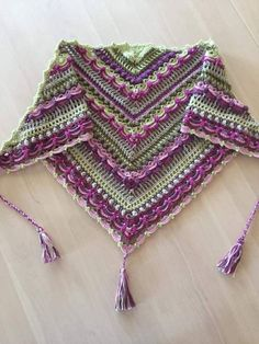 Lost in Time Shawl Free pattern! To use 2 cakes of Pegasus like from fb repeat rows three timesLost in Time Shawl I have this pattern & love this color combo. Will be dipping into my stash of Caron Cakes Bumbleberry & Pistachio to make my own version Crochet Crafts, Crochet Lace, Crochet Stitches, Crochet Projects, Free Crochet, Blanket Crochet, Crochet Shawls And Wraps, Crochet Scarves, Crochet Clothes