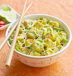 A delicious noodle dish flavoured with chilli and ginger, and made with Quorn Pieces. Quorn Recipes, Veggie Recipes, Asian Recipes, Vegetarian Recipes, Veggie Dishes, Veggie Food, Chicken Laksa, Laksa Recipe, Tasty Bites