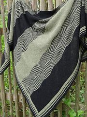 Labyrinthus Shawl is a shawl in the shape of a right angle isosceles triangle of aprroximately 100 x 200 cm (altitude x hypothenuse).