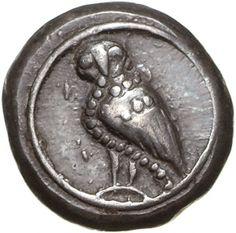 Schild mit der Darstellung einer nach l. stehenden Eule, der Kopf ist frontal dem Betrachter zugewandt. Vom Hals über den Bauch verläuft eine Perlenreihe. Reverse Diagonal geteiltes quadratum incusum. Date ca. 550-520 v. Chr.