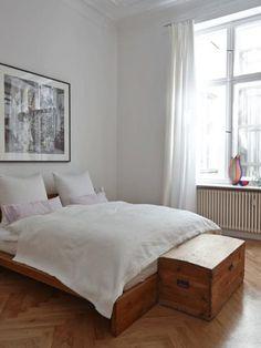 Schlichtes, aber schönes Schlafzimmer mit antiker Holztruhe vor dem Bett. #Altbauwohnung #WG #Frankfurt am Main #Sachsenhausen