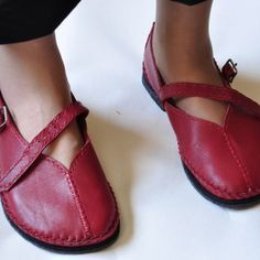 Sharon Raymond's new video, how to make simple but sophisticated shoes using your own foot as the last. Love it!