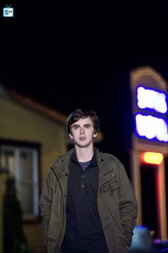 Being a modern version of the movie, Bates Motel was released in 2013 and counts with 5 seasons that will keep you glued to your seat. Bates Motel House, Bates Motel Season 3, Bates Motel Tv Show, Dylan Massett, Freddie Highmore Bates Motel, Bates Hotel, The Good Dr, Ryan Thomas, Tv Series 2013