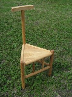 Tripod chair with backreast. Made of oak wood.