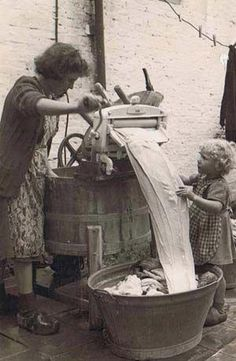 Helping grandmother with the wringer washer. - Helping grandmother with the wringer washer. Vintage Pictures, Old Pictures, Vintage Images, Old Photos, Ddr Museum, Vintage Laundry, Vintage Kitchen, Photo Vintage, The Good Old Days