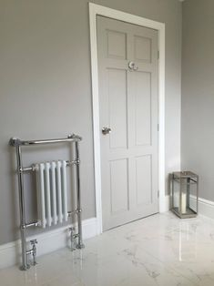 Farrow & ball corn forth white – hallway Interior Door Colors, Grey Interior Doors, Grey Doors, Home Interior, 1930s House Interior, Painted Interior Doors, Bathroom Doors, White Bathroom, Bathrooms