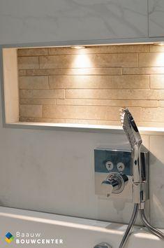 Deze marmeren badkamer oogt heel rustig door de natuurlijke kleuren die zijn gebruikt. Toch ook erg chique door de gebruikte materialen. Door de mooie witte handdoeken en luxe regendouche krijg je bijna een hotel gevoel! Showroom, Flat Screen, Bathtub, Bathroom, Shabby Chic, Lush, Blood Plasma, Standing Bath, Washroom