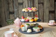 Stop by House Dublin for some tea and sweets! It won't disappoint! Dublin House, Macaroons, Gourmet Recipes, Brunch, Healthy Eating, Sweets, Tea, Table Decorations, Breakfast