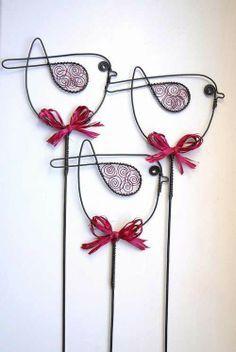 Amazing Diy Wire Art Ideas Wire art: These birds would look fabulous in my flower garden!Wire art: These birds would look fabulous in my flower garden! Wire Crafts, Metal Crafts, Diy And Crafts, Arts And Crafts, Wire Hanger Crafts, Sculptures Sur Fil, Wire Sculptures, Diy Para A Casa, Wire Ornaments