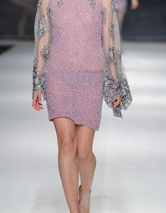 Lawendowa suknia z rękawami to niepowtarzalna kreacja na wyjątkowe okazje. Sukienka wykonana jest z koralików i pereł. Niesamowitego uroku dodają jej koronkowe długie i szerokie rękawy wyszyte kamieniami. Sukienka pochodzi z kolekcji Wonderland. Należy prać chemicznie. Nie prasować Modelka na na zdjęciu rozmiar 36; wzrost: 178cm Produkt dostępny w rozmiarach 34-38 w ciągu 7 dni. Możliwość dopasowania produktu do sylwetki. Możliwość odszycia produktu według preferencji.