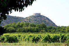 Tout près d'Avignon, le village de Saint Victor la Coste s'étend au pied de son château Saint Victor, Le Village, Monument Valley, Mountains, Nature, Travel, Design, Tourism, Places
