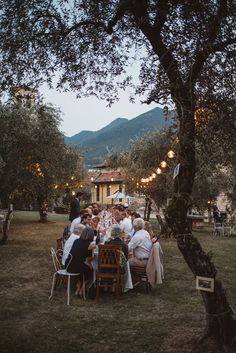 Italian wedding dinner - a long table is an italian tradition and we love it. It's like a casual family gathering at home and it makes the wedding feel so cozy. What better than to enjoy great… Wedding Dinner, Italy Wedding, Casual Wedding, Home Wedding, Wedding Events, Long Wedding Tables, Small Wedding Receptions, Patio Wedding, 1920s Wedding