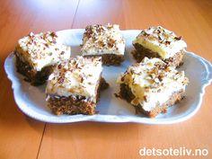 Oppskrifter på gode gulrotkaker kan man ikke få for mange av, og denne kvalifiserer virkelig til å være med i eliteklubben! Den deilige kaken er laget med smør i stedet for olje, som gir en litt mer kompakt konsistens. Smaken er nydelig definert av vanilje og kanel. Hakkede hasselnøtter i og oppå kaken gir en ekstra smakfull vri. -Og selvfølgelig er kaken dekket med deilig kremostglasur. Kaken holder seg myk, saftig og kjempegod i lang tid! Oppskriften er til liten langpanne.