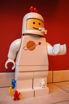 An Instructables' member create a supersized minifig Lego. Via NerdApproved.