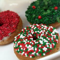 Pro, Dough-a-Deer Christmas Donuts Christmas Themed Cake, Christmas Donuts, Christmas Deserts, Christmas Baking, Creative Christmas Food, Donut Decorations, Cute Donuts, Chocolate Donuts, Donut Shop