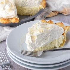 Keto Coconut Cream Pie - Patrick Maese A creamy coconut pie with coconut flakes throughout and a buttery crumbly crust. If you love coconut you'll fall in love with this keto coconut cream pie. Desserts Keto, Keto Friendly Desserts, Keto Snacks, Low Carb Keto, Low Carb Recipes, Free Recipes, Best Coconut Cream Pie, Pie Coconut, Keto Postres