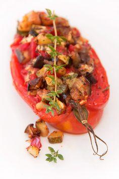 """Salé - Tomates farcies aux légumes d'été.  Ingrédients pour 4 pers. : 4 tomates """"cornues des Andes""""-1 aubergine-1 courgette-1 poivron vert-2 gousses d'ail-thym frais-Huile d'olive-Sel et poivre du moulin. Recette (facile) sur le site."""