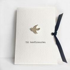 """Konfirmasjonskort til gutt med håndlaget fugl i sølv og blått fløyelsbånd. """"Til konfirmanten"""" er trykt på."""