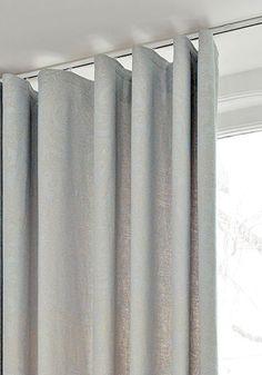 Gordijnen in lichte kleuren met een effen dessin passen perfect in een Basic & Puur interieur. Laat u inspireren! #debinnenhuisadvieurs #woonstijlen #gordijnen #interieurinspiratie