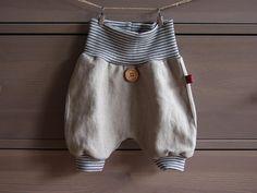 Diese Hose ist aus tollem hellen, schlamm-farbenem Leinenstoff! Sie ist schön leicht und durch die kühlenden Eigenschaften des Leinenstoffs optimal für den Sommer. Sie ist etwa knielang.  Vorne...