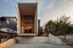 Cette maison de famille japonaise réalisée par TTAA / Tatsuyuki Takagi Architects Associates est assez impressionnante et originale par sa forme. Le site a une différence de hauteur et l'habitation semble en équilibre avec une partie en lévitation.  La maison mêle béton et bois, béton pour l'enveloppe extérieure et bois pour l'enveloppe intérieure. La structure en porte à faux permet d'offrir la principale source de lumière à l'habitation et une large surface de terrasse abritée...