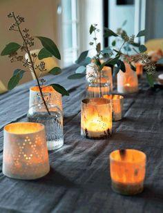 Праздничный стол украшен свечками в причудливых подсвечниках.