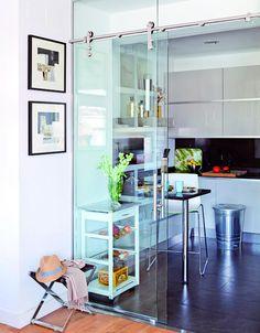 Cocina con puertas correderas de cristal