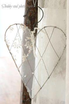 Vitrage of kant gespannen om een metalen frame (kledinghanger) in de vorm van een hart .