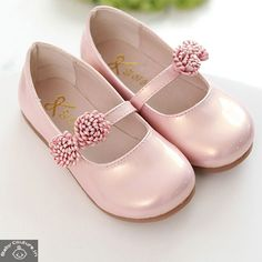 Baby pink flower kids' sandals for your little star will keep her up-to-date with the trend.